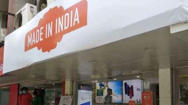 ചൈനീസ് സ്മാർട്ഫോൺ ബ്രാൻഡായ ഷാവോമിയുടെ റീടെയിൽ സ്റ്റോറുകൾക്ക് മുന്നിൽ കമ്പനിയുടെ ലോഗോയ്ക്ക് പകരം 'മേഡ് ഇൻ ഇന്ത്യ' എന്നെഴുതിയ ബാനർ